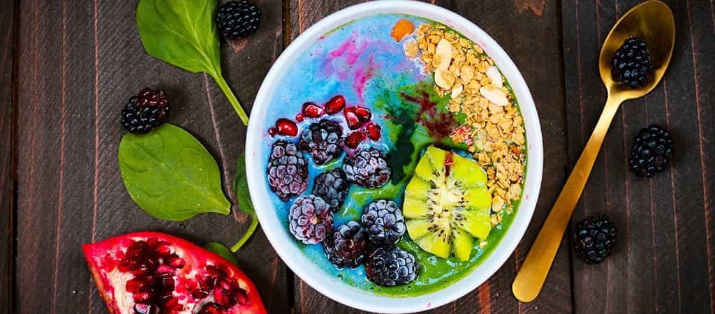 Desayuno plant base con frutos rojos y kiwi