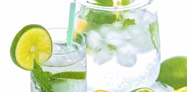 Beber agua con lima y menta
